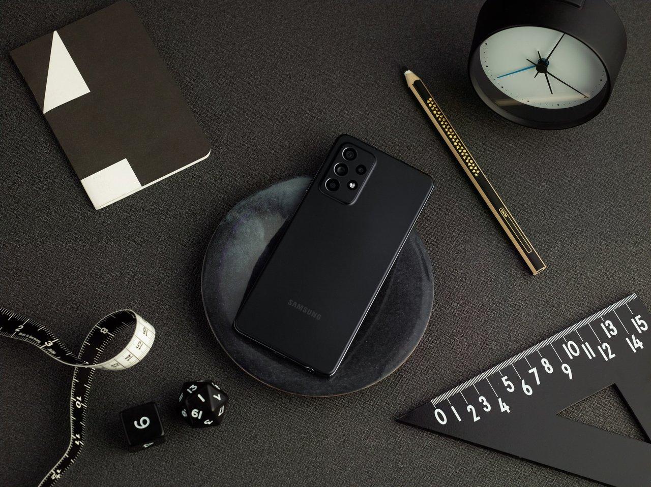 Galaxy_A52_lifestyle_black.jpg.954bcc3fe986b7e5aacf1ae9382985d5.jpg